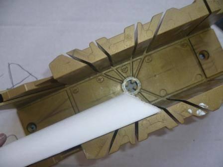 Как обрезать потолочный плинтус использование стусла