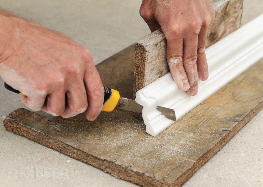 Как обрезать потолочный плинтус обрезка Применение фальш-стусла