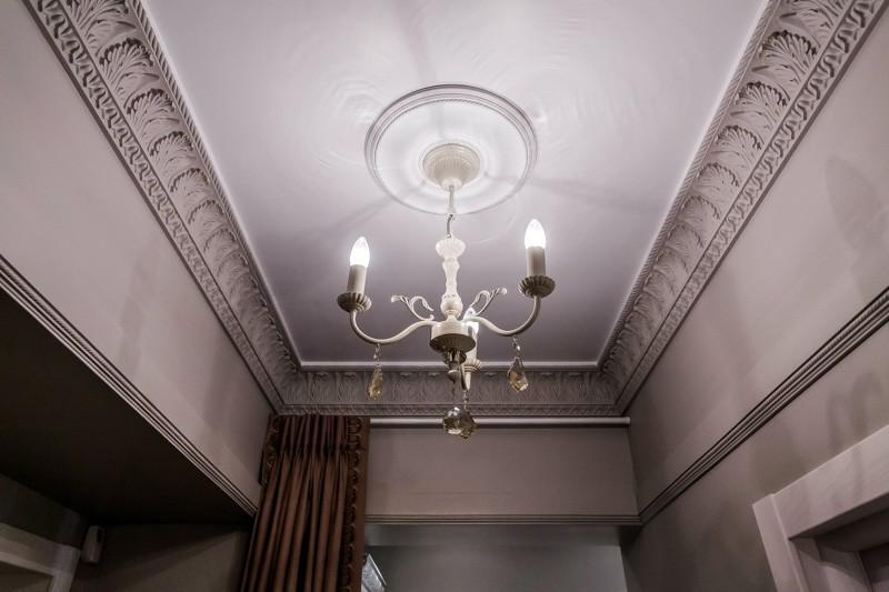 Декор потолка лепнина