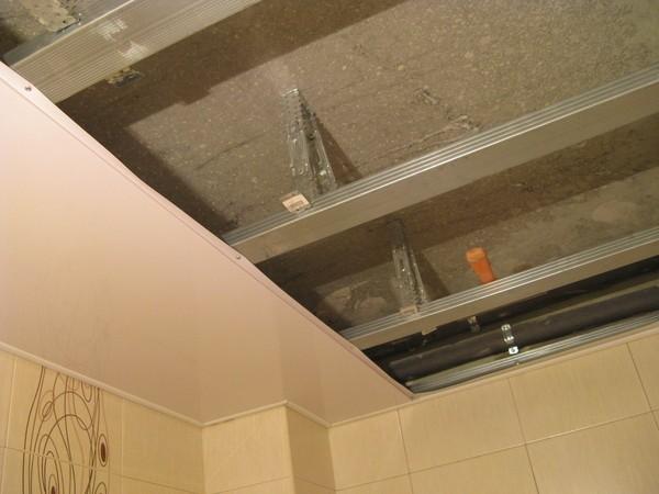 Материалы для установки пластикового потолка в ванной