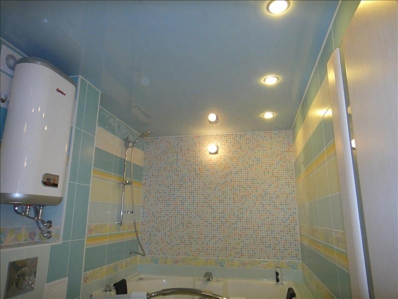 Натяжной потолок из ПВХ в ванной