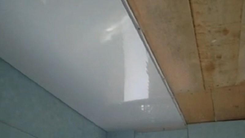 Плюсы потолка из пластиковых панелей в ванной