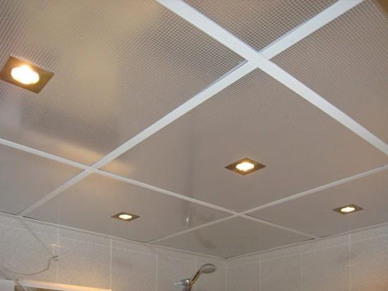Подвесной плиточный потолок в ванной