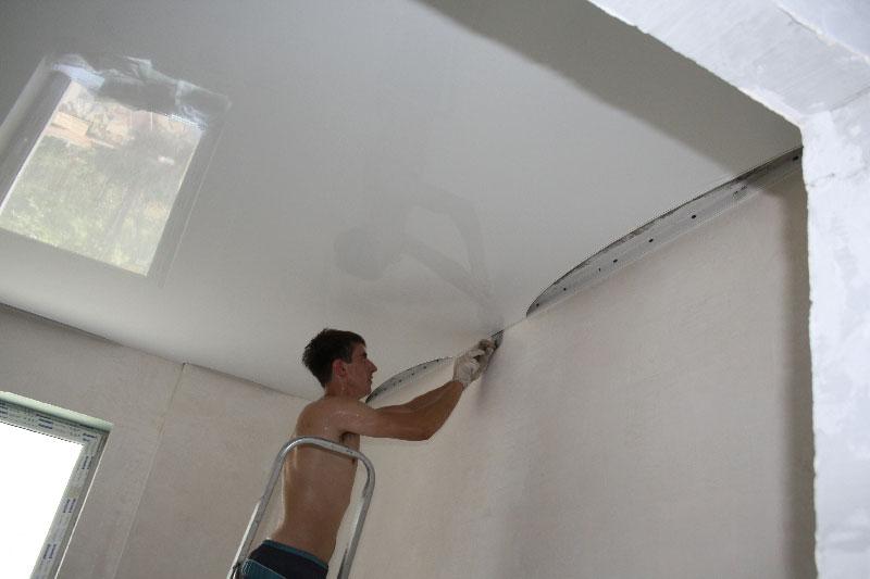 Сначала натягиваем потолок