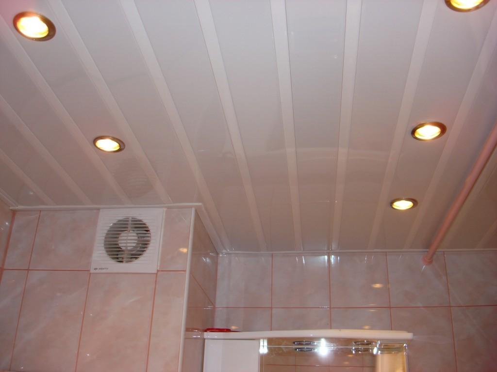 Установка потолка в ванной из пластиковых панелей