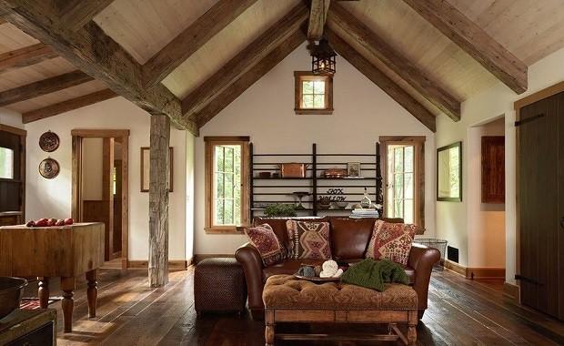 балки из дерева на шалашном потолке