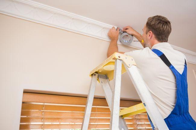 Как крепить плинтуса к натяжным потолкам
