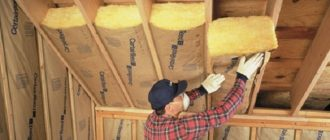 Как правильно утеплить потолок в деревянном доме