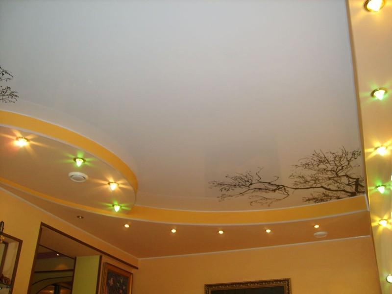 Какими преимуществами обладает изготавливаемая из ПВХ пластиковая плёнка для натяжных потолков