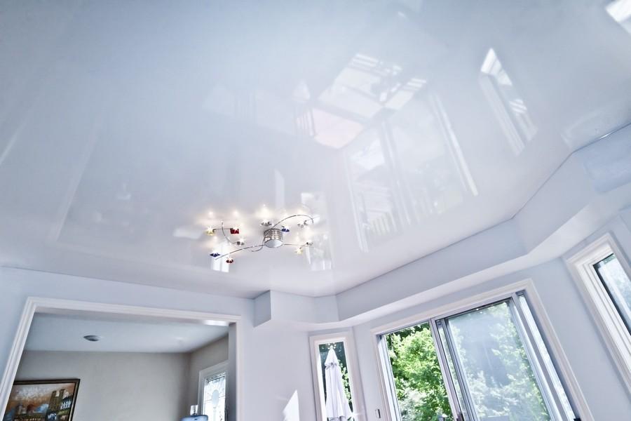 Натяжные глянцевые потолки белого цвета