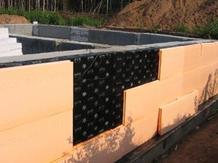 Отсутствие теплоизоляции стен и потолка подвала
