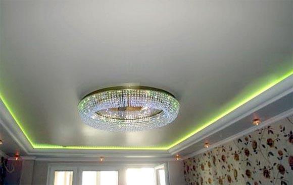 с подвесными люстрами тарелки натяжной потолок