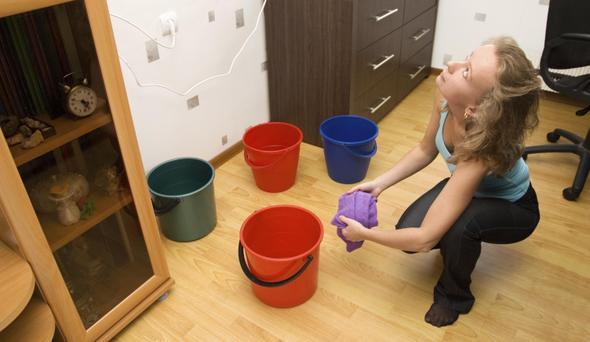 Что делать, если потолок залит водой