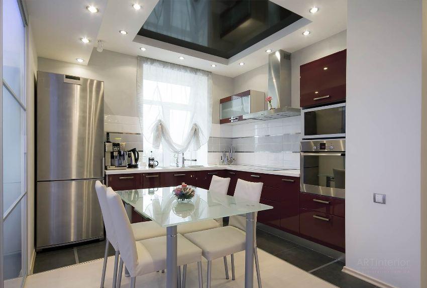 Над столом натяжной потолок на кухне