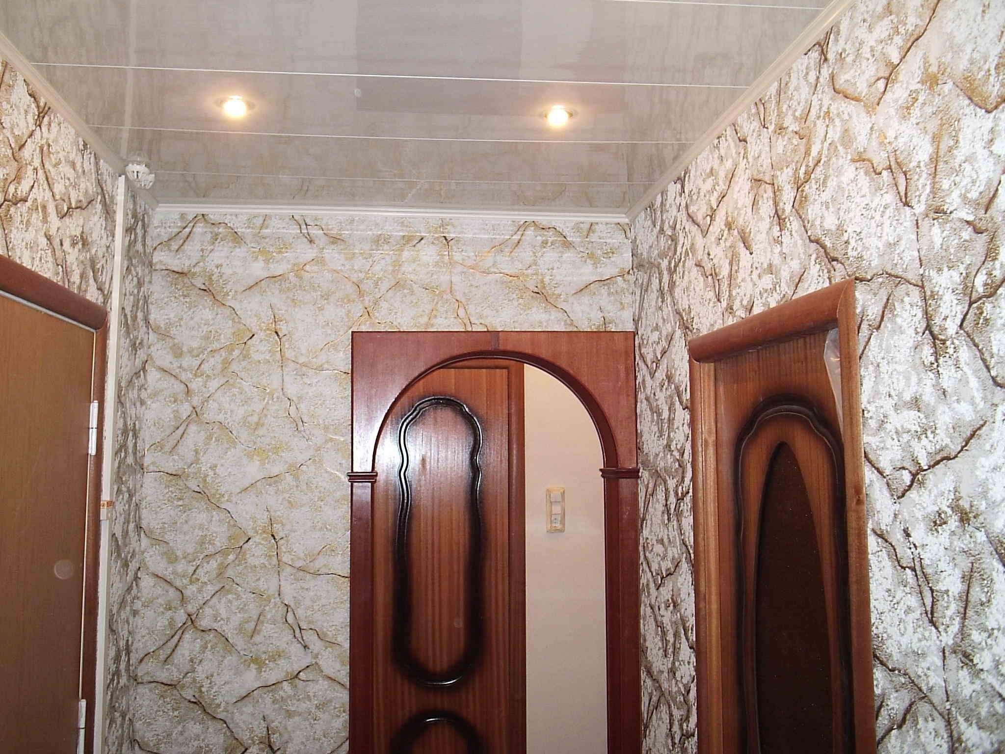 Потолок в прихожей пластиковыми панелями
