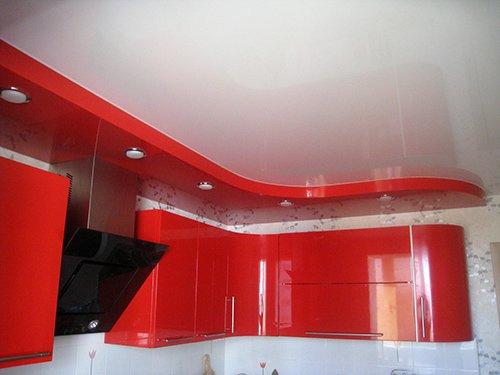 Повторяющие контур гарнитура натяжной потолок на кухне