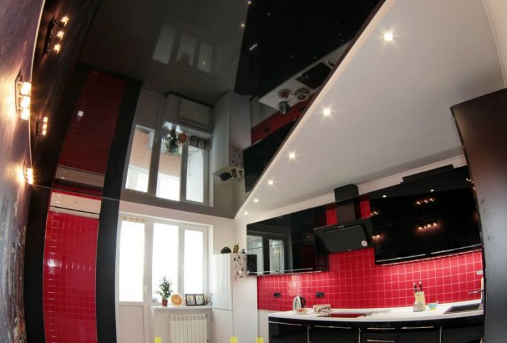 Вдоль оконного проема натяжной потолок на кухне