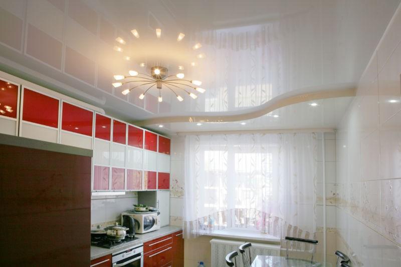 для глянцевых фасадов гарнитура лучше установить глянцевый подвесной потолок