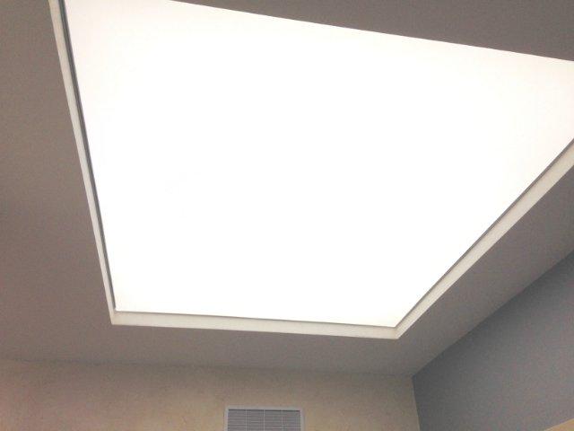 натяжной потолок в коридоре светящийся