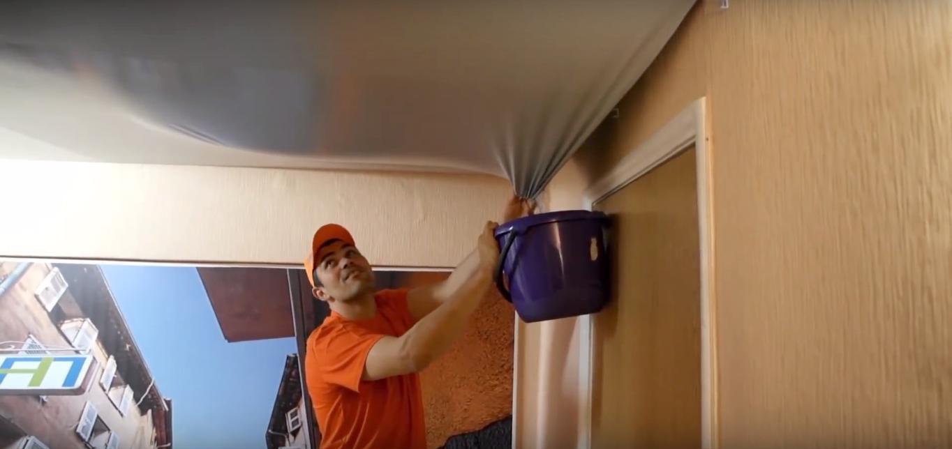 слив воды с натяжные потолки Через демонтаж плинтуса в помещении