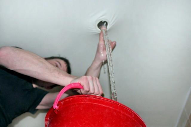 слив воды с натяжные потолки в месте монтажа осветительного прибора