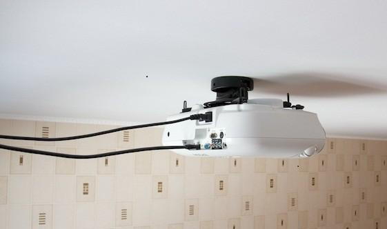 установка кронштейна потолочного проектора натяжной