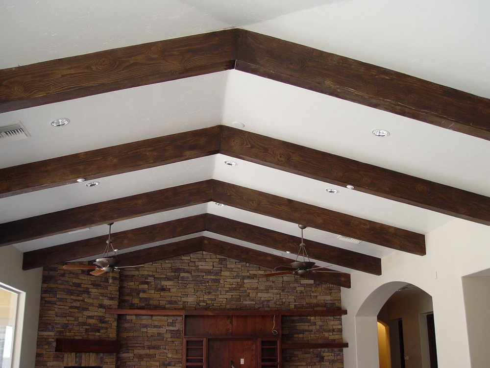 елочкой балками из дерева на потолок