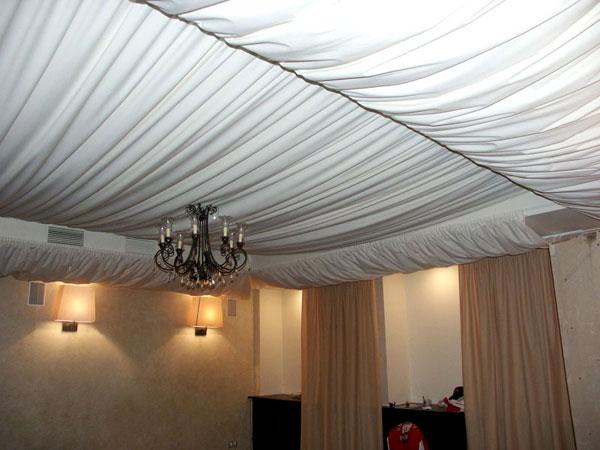 Декорирование потолка тканью