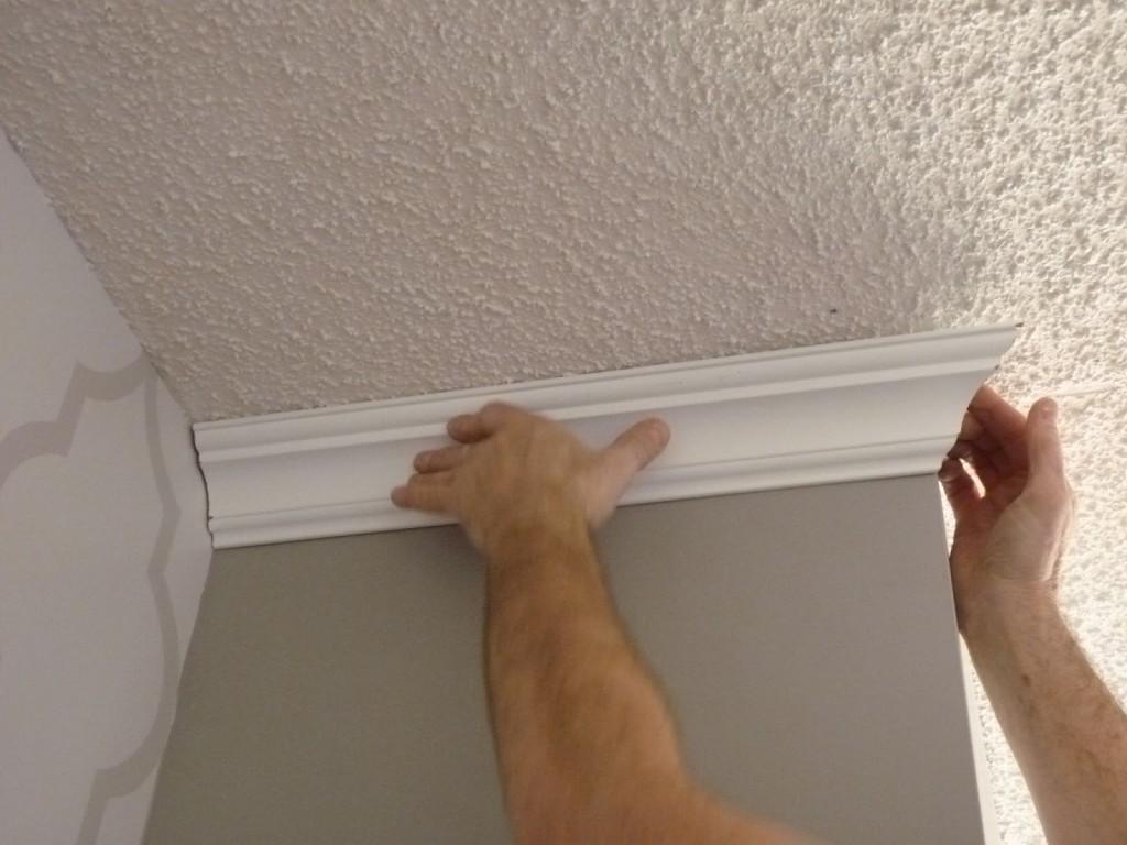 Как клеить потолочный плинтус