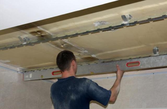 Крепление стрингеров к основанию потолка