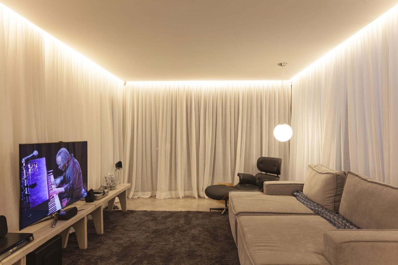 Дизайн потолка с подсветкой из стены 933