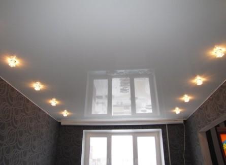 Простой одноуровневый натяжной потолок для зала