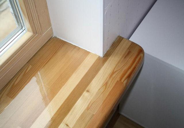 подоконник значительно выступает вглубь комнаты