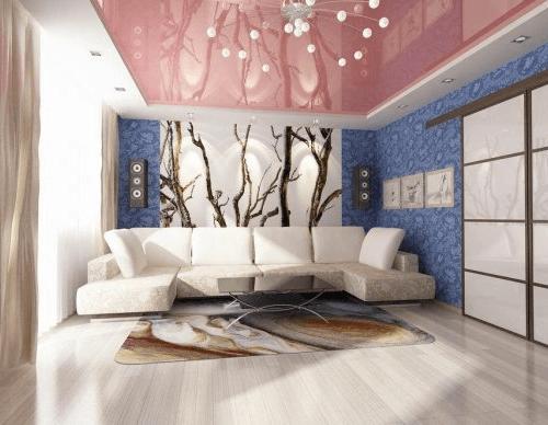 цветные натяжные потолки в гостиной