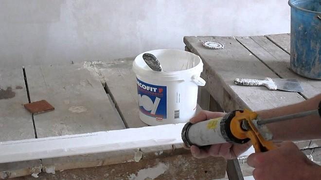 Чем клеить багет на потолок