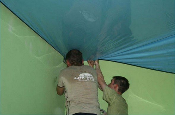 Демонтаж винилового покрытия натяжного потолка