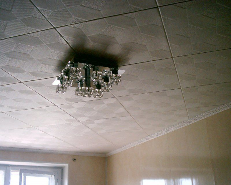 Диагональный способ оклейки плитки на потолке