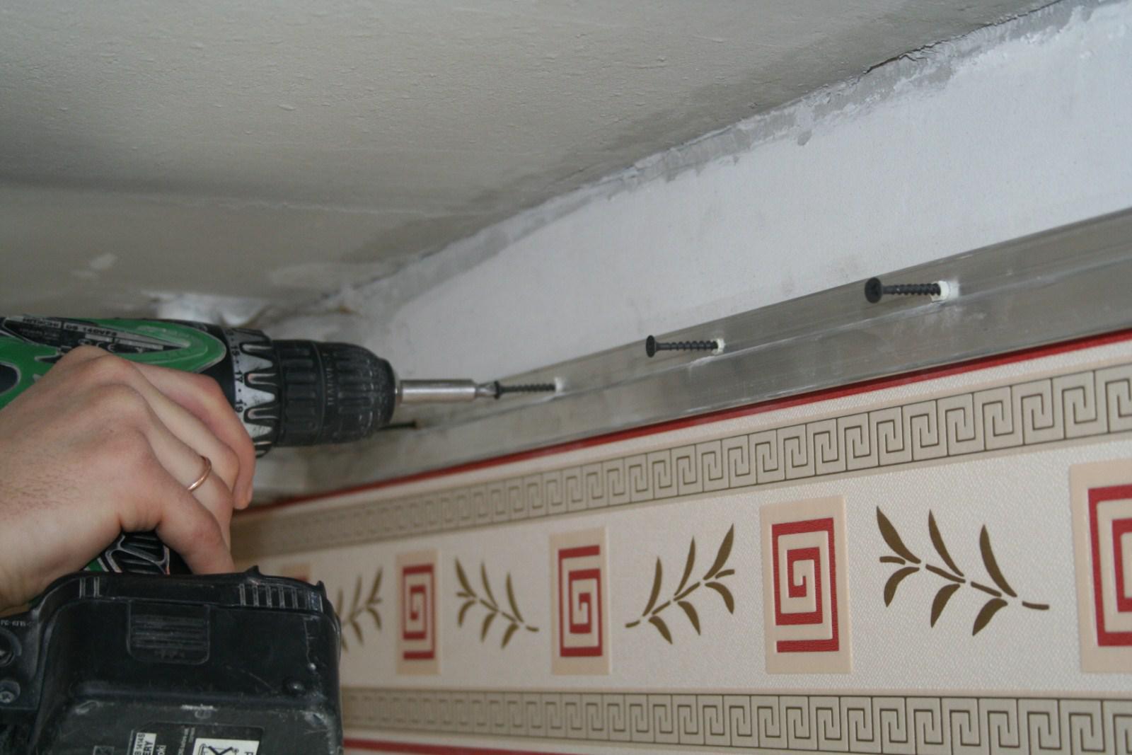 Монтаж направляющего профиля на натяжной потолок