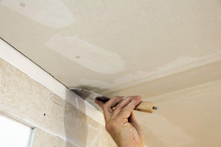 Наносим шпаклевку на потолок