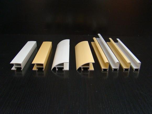 Особенности пластиковых багетов для натяжных потолков