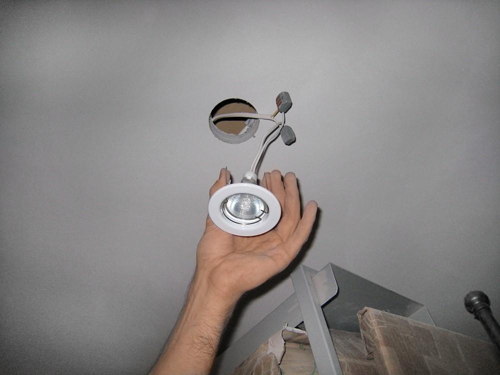 Отключение и демонтаж осветительных приборов натяжного потолка