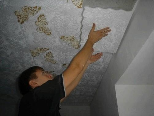 Процесс укладки потолочной бесшовной плитки