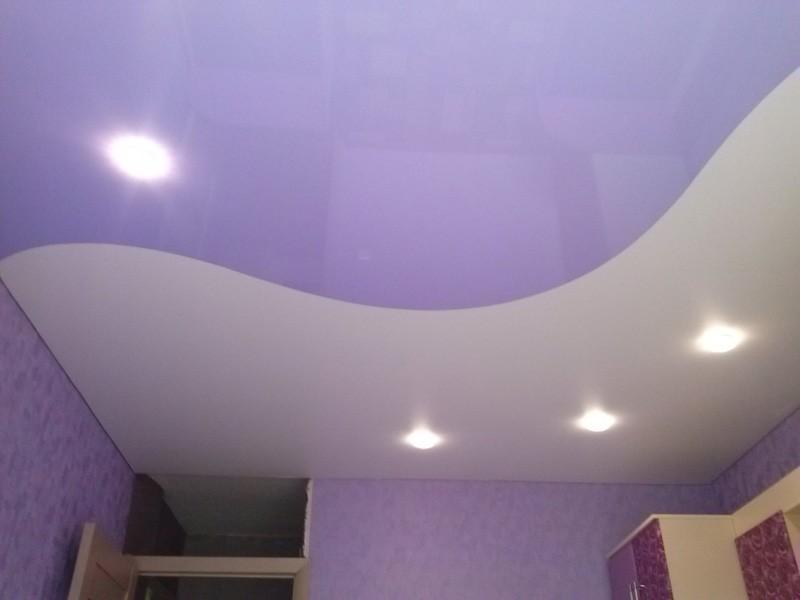 натяжные потолки двухцветные