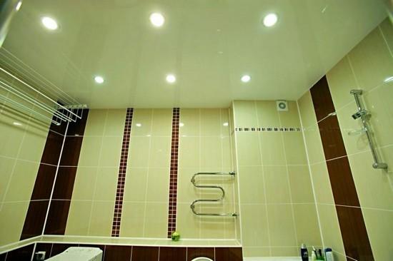Достоинства и недостатки натяжного потолка в ванной