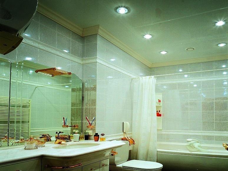 Инструкция по выбору натяжного потолка в ванную комнату