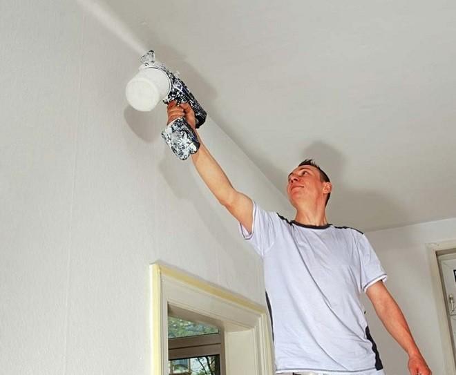 Особенности проведения отделки потолка с помощью распылителя