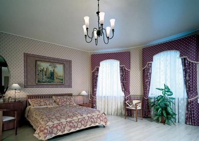 Сатиновая полотна натяжные потолки в спальне