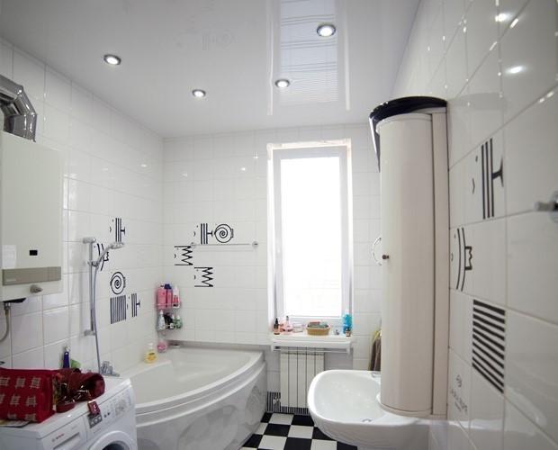Варианты освещения натяжного потолка в ванной