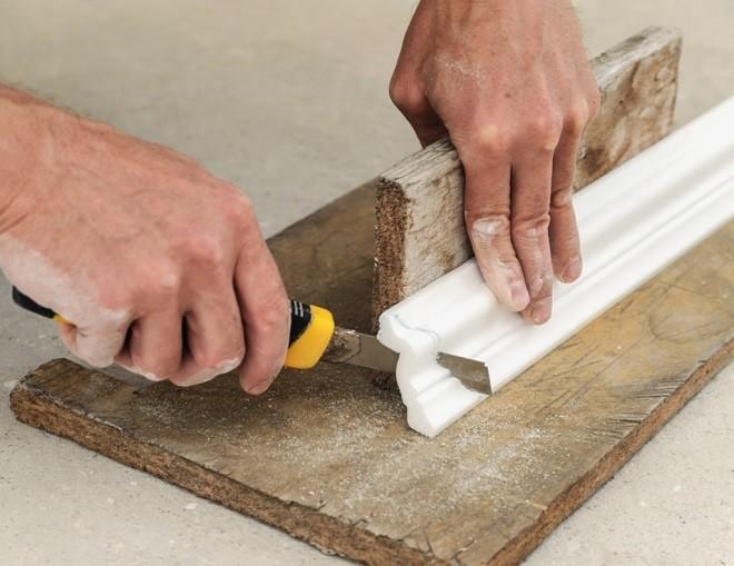 Как сделать угол потолочного плинтусабез стусла