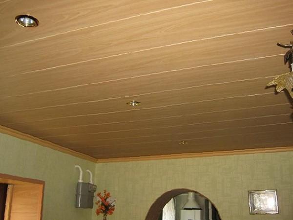 Кухня с подшитым потолком из вагонки